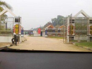 gerbang perbatasn entikong indonesia malaysia