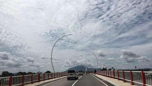jalan di jembatan tayan