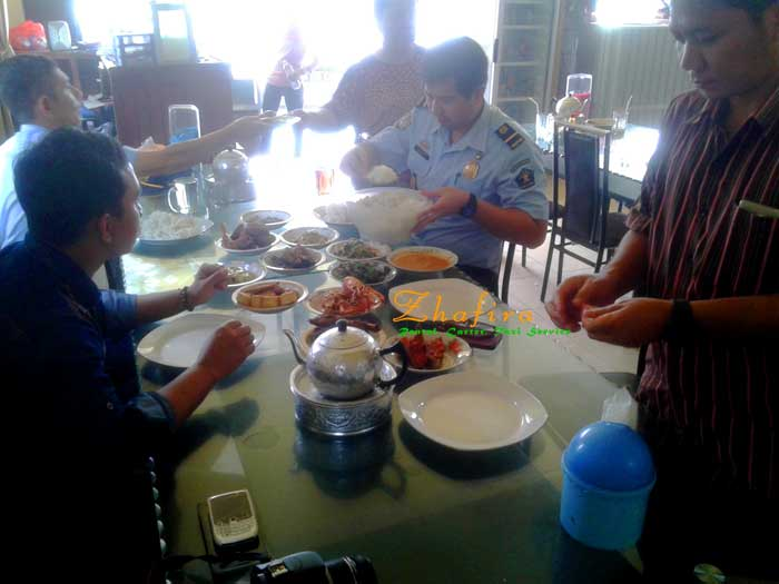 makan siang di rumah makan ranah minang entikong