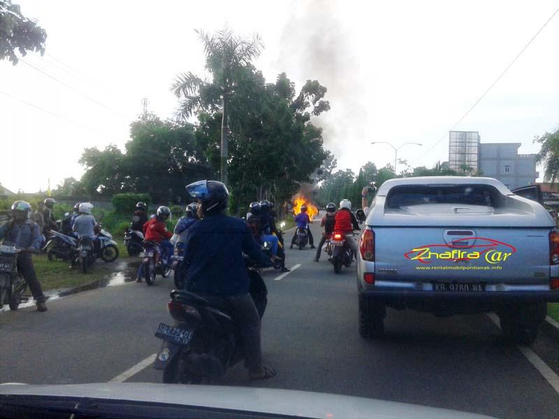 Sebuah Mobil Daihatsu Xenia terbakar di Ahmad Yani II