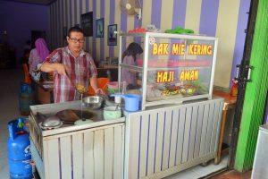 bakmie kering haji aman kuliner khas singkawang halal