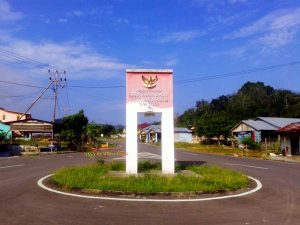 tugu perbatasan aruk indonesia malaysia
